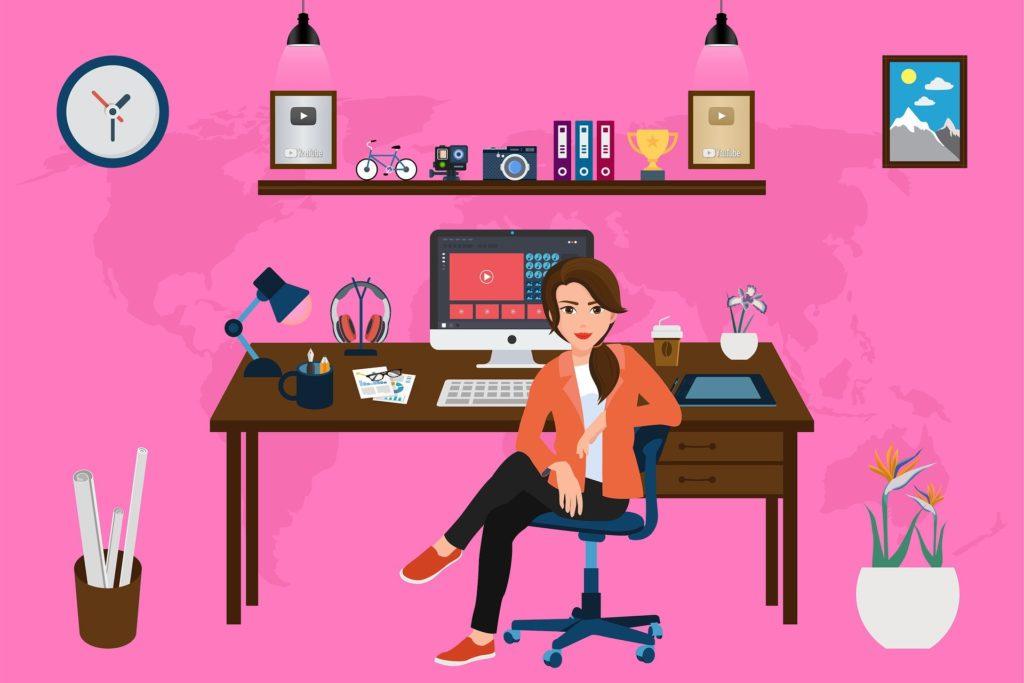 Frau sitzt an aufgeräumtem Schreibtisch